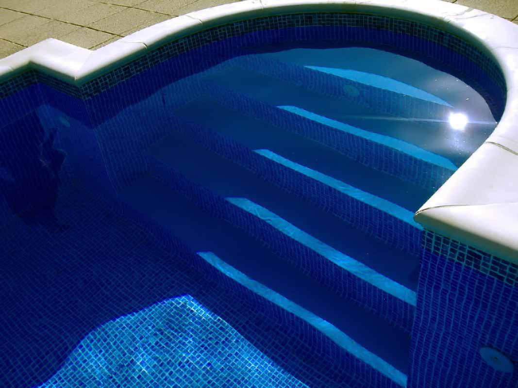 Így épül a zsaluköves medence (fotó: www.lordsofpool.hu)