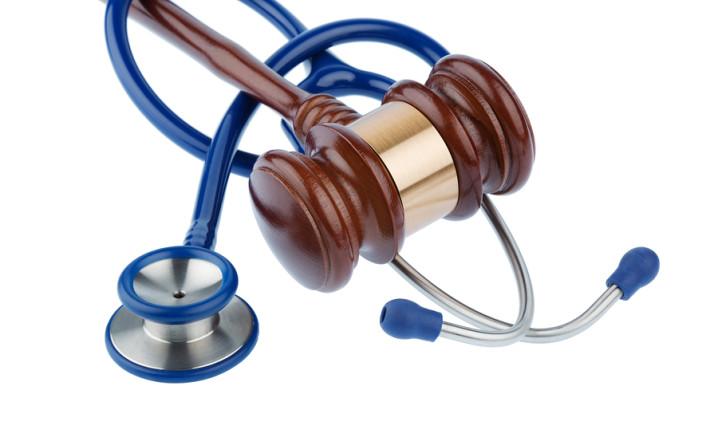 Érdemes-e pert indítani orvosi műhiba miatt? (kép: ugyvedipraxis.hu)